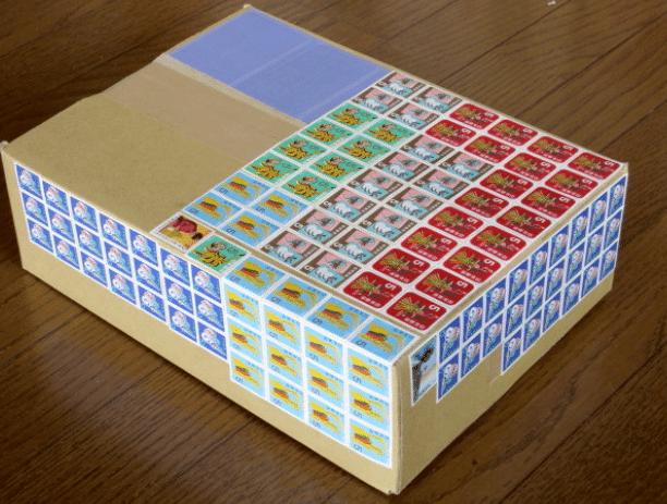 切手が大量に貼ってあるダンボール