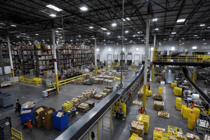 Amazon 倉庫内部イメージ画像